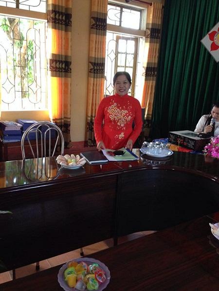 cô Trần Thị Minh Nguyệt cười tươi trước khi bước vào Hội nghị